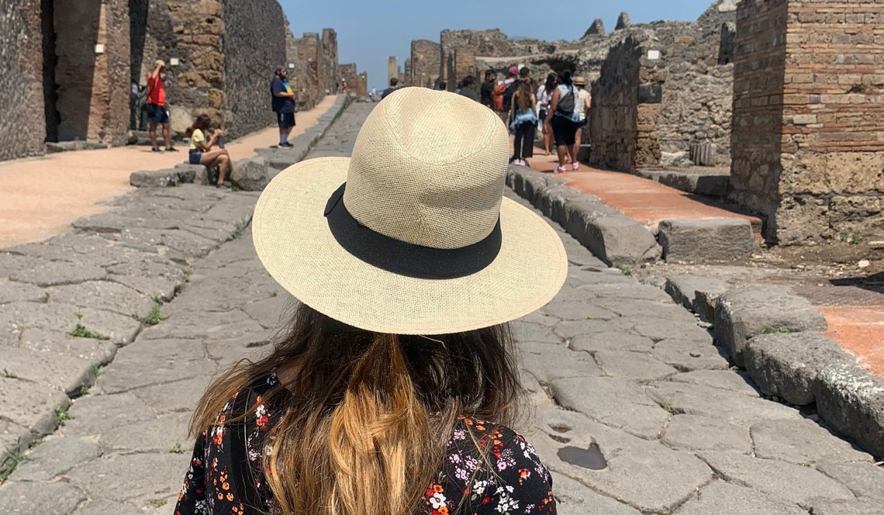Natalia Rolán explorando las ruinas de Pompeya