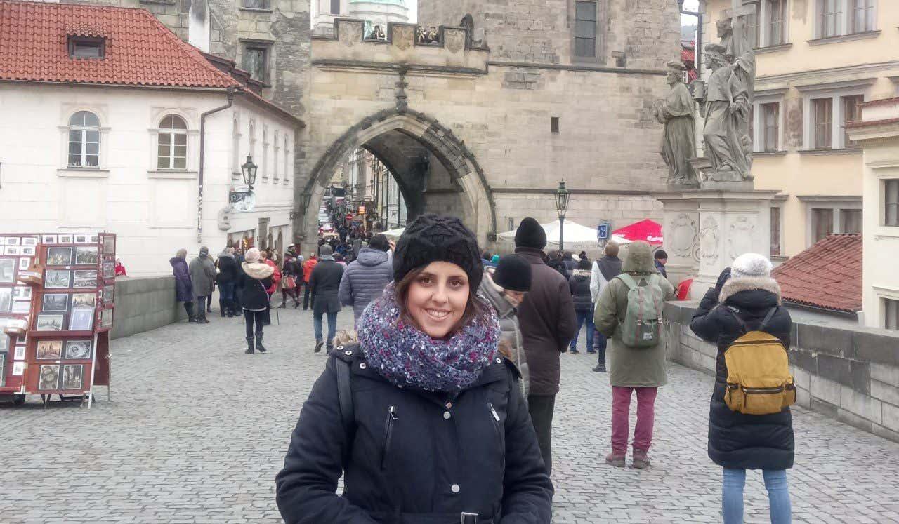 Natalia Rolán posando en una foto durantesu visita a Praga
