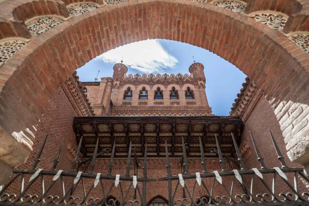 Vista de la arquitectura del Palacio de Laredo hecha en ladrillo
