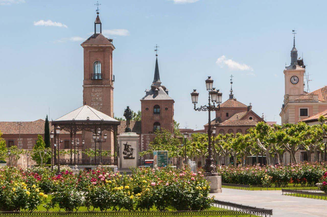 Plaza de Cervantes con alguno de los tejados de los edificios más sobresalientes de Alcalá