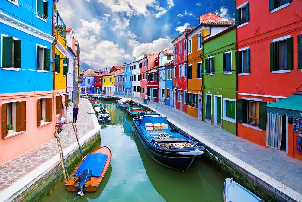 Les canaux de Burano et ses maisons multicolores (Lagune de Venise, Italie).