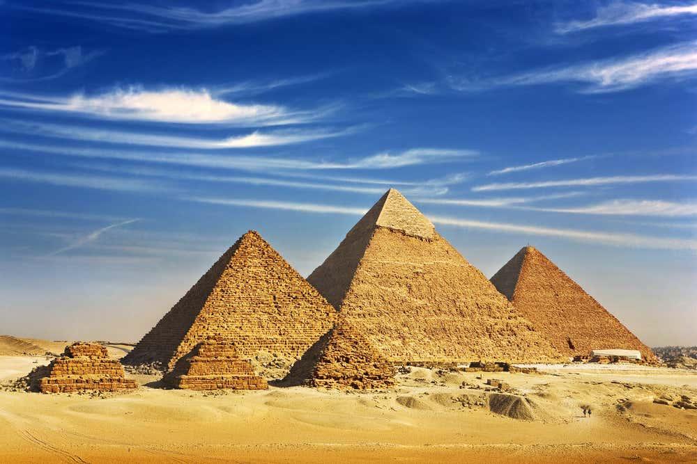 Les pyramides de Gizeh sous un ciel ensoleillé (Égypte).