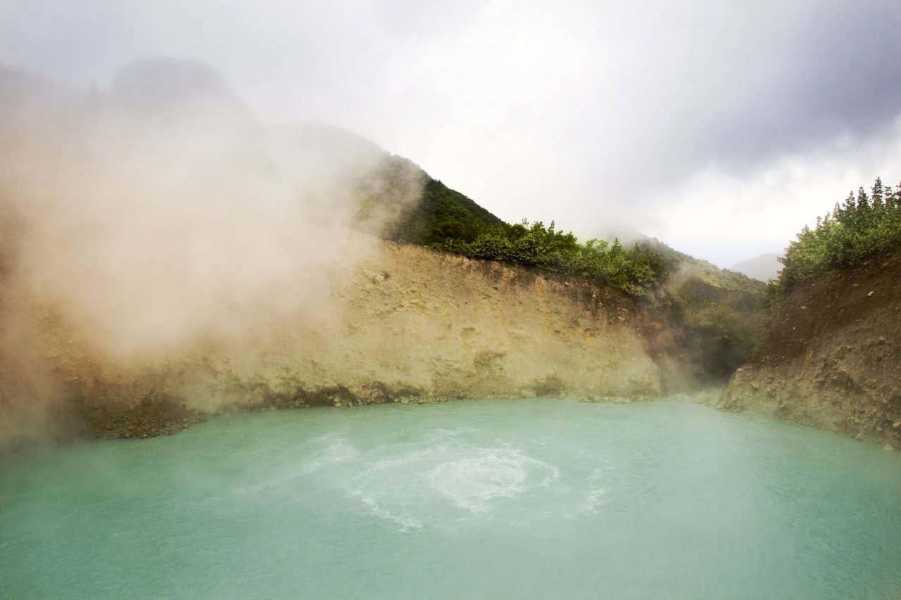 Vista de las aguas de las aguas del Boiling Lake en República Dominicana