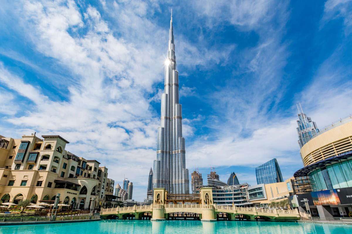 Panorámica del Burj Khalifa en un día soleado