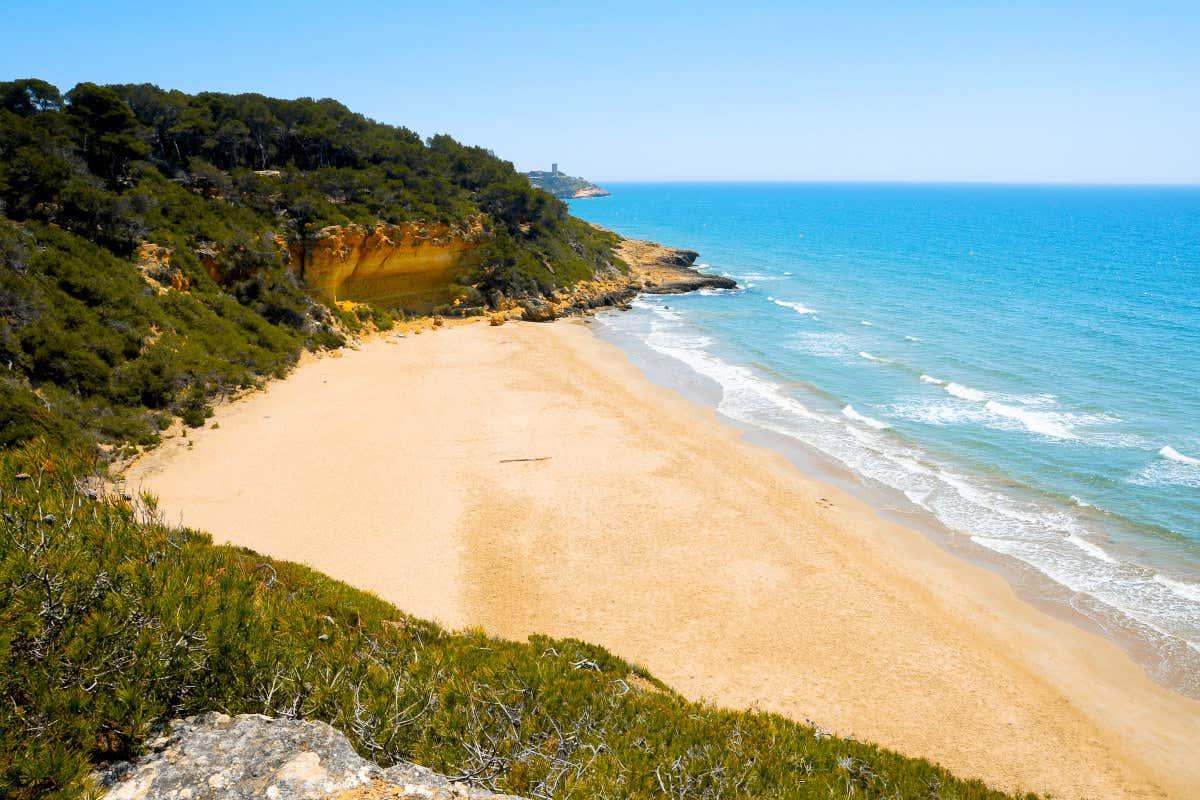 Vistas de Cala Fonda, considerada una de las mejores playas de la Costa Dorada y paraíso nudista.