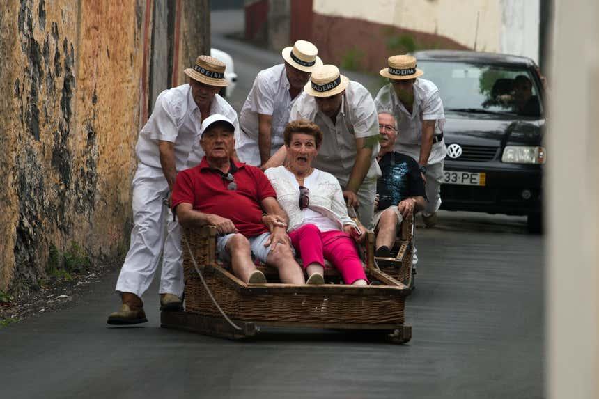 Visitantes descendo nos carros de cestos do Monte