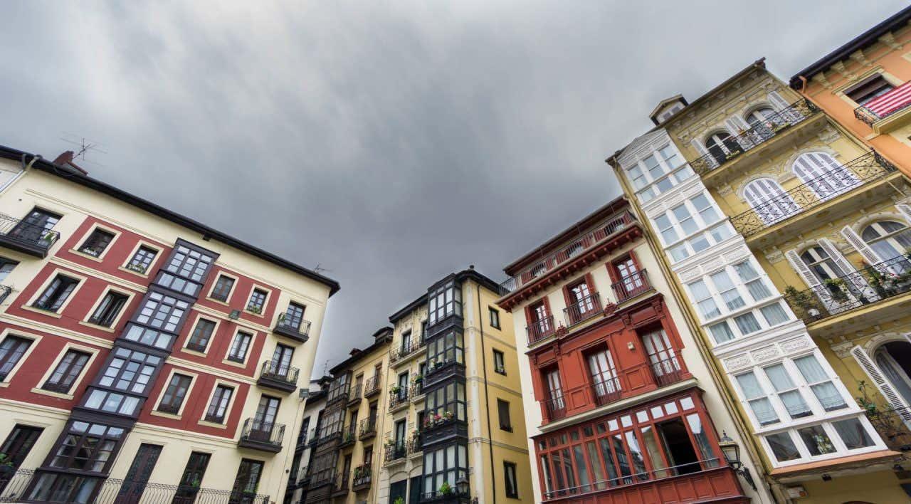 Vistas de las casas de colores en el casco viejo y las 7 calles de Bilbao
