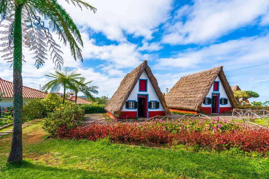 Com telhado de colmo, as casinhas de Santana são uma atração dessa parte da ilha
