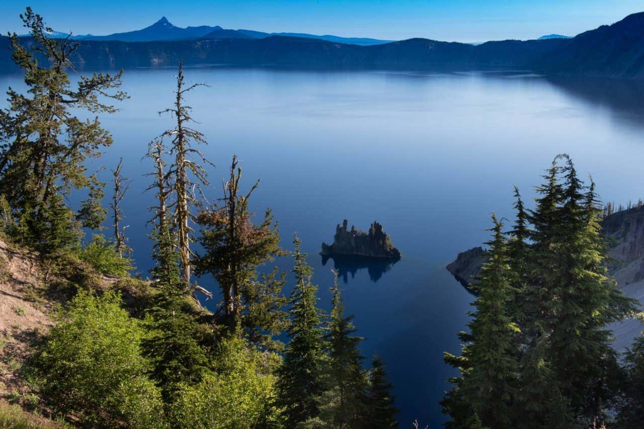 Vista panorámica de Crater Lake en Estados Unidos con las montañas de fondo