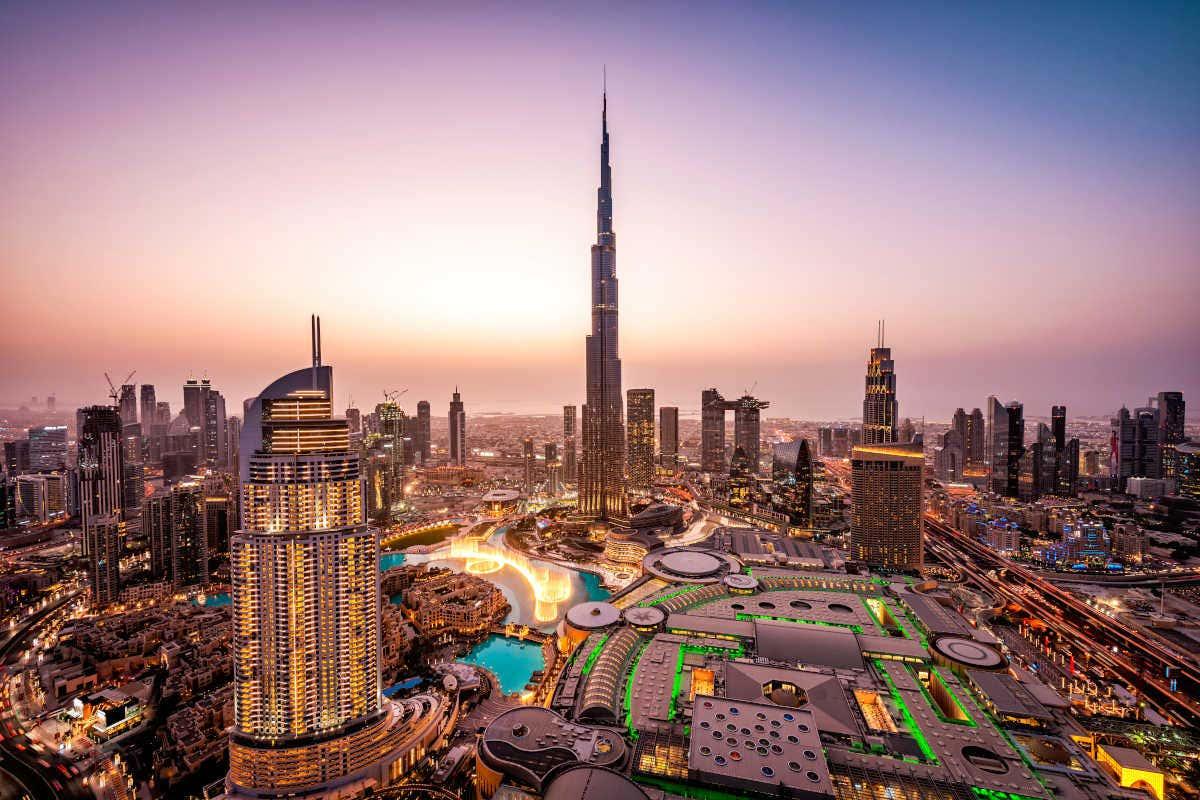 Dubai s'illuminant à la tombée de la nuit (Émirats arabes unis).