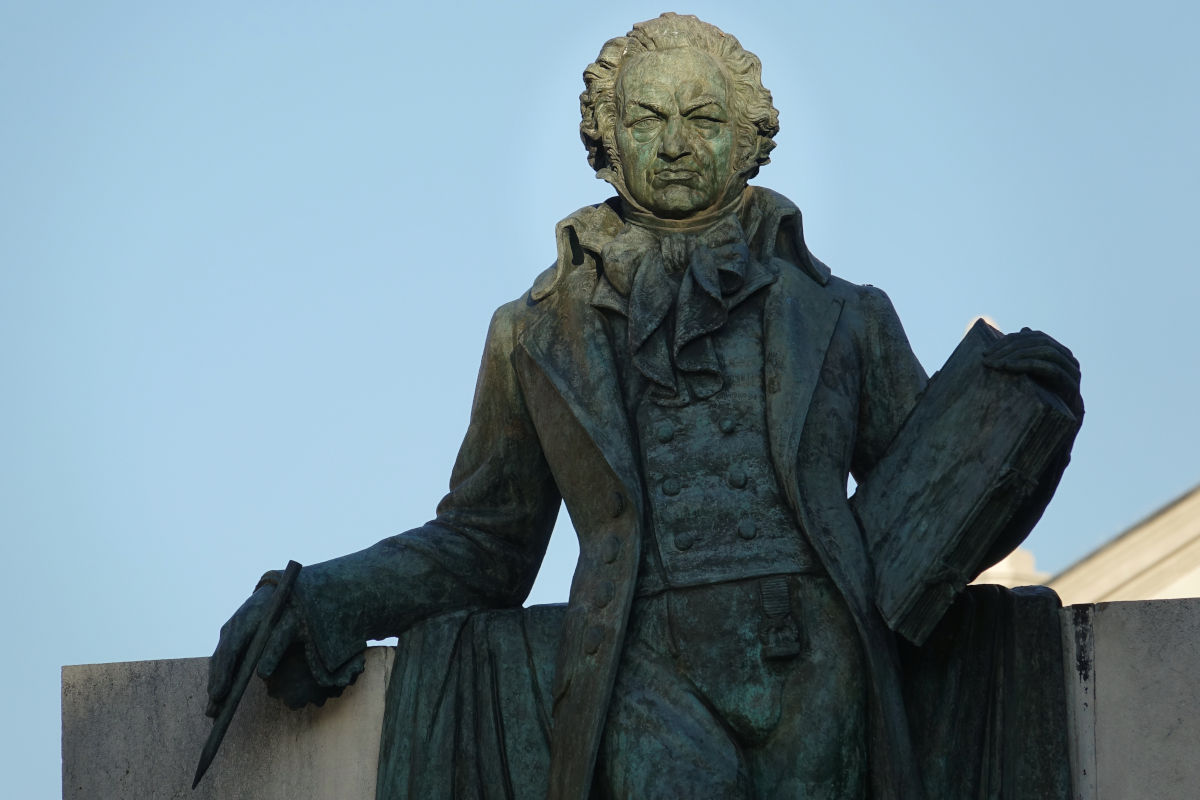 Una escultura en bronce representa al pintor Francisco de Goya en la plaza del Pilar, en Zaragoza.