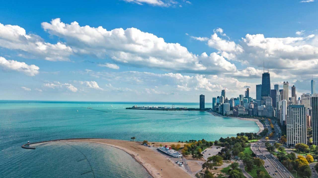Vista panorámica del Lago Michigan con el skyline de Chicago en el lateral derecho