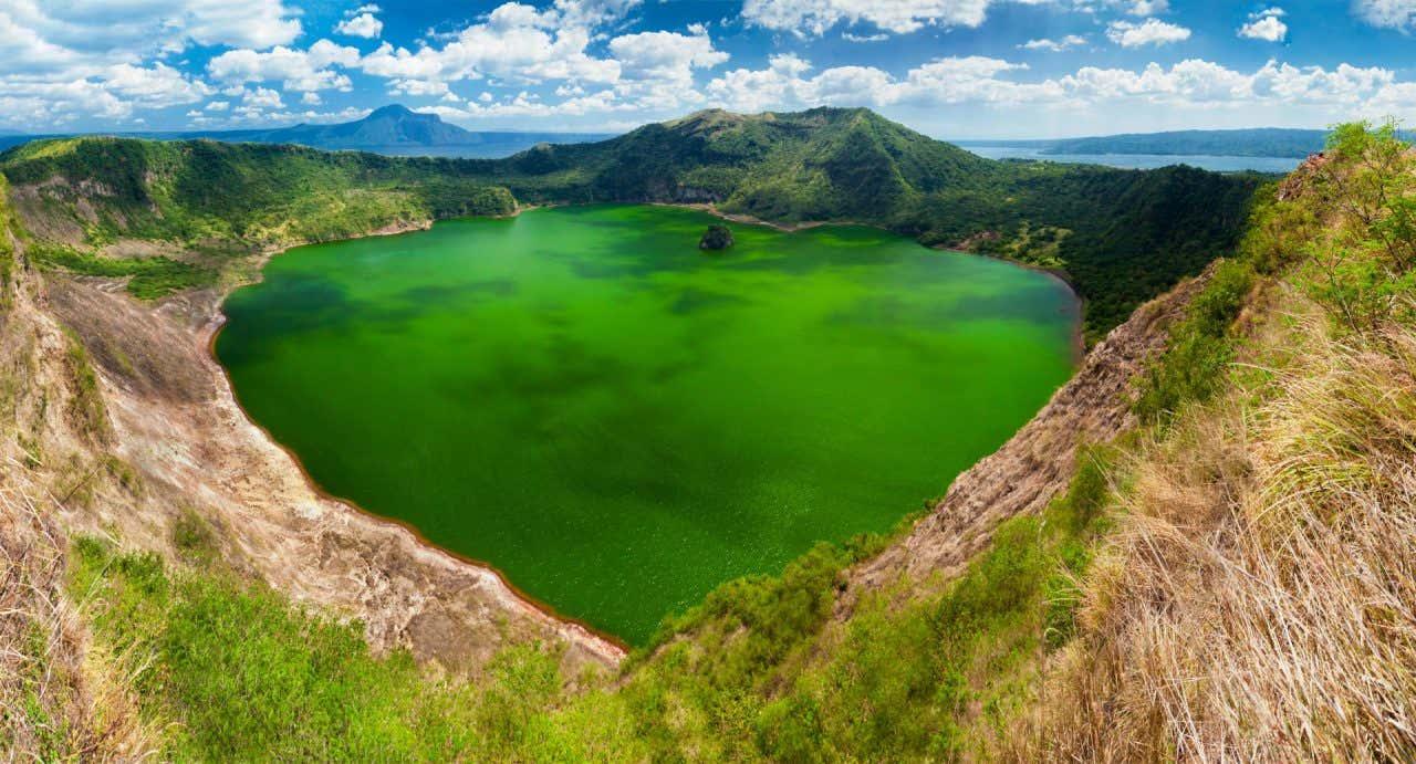 Lago Taal en Filipinas con un color verde intenso y rodeado de montañas