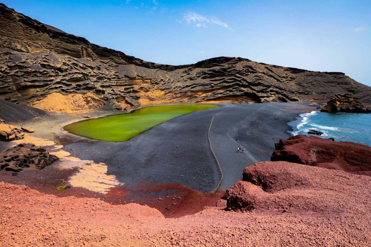 Lago Verde en Lanzarote, incluido en el Parque natural de los Volcanes