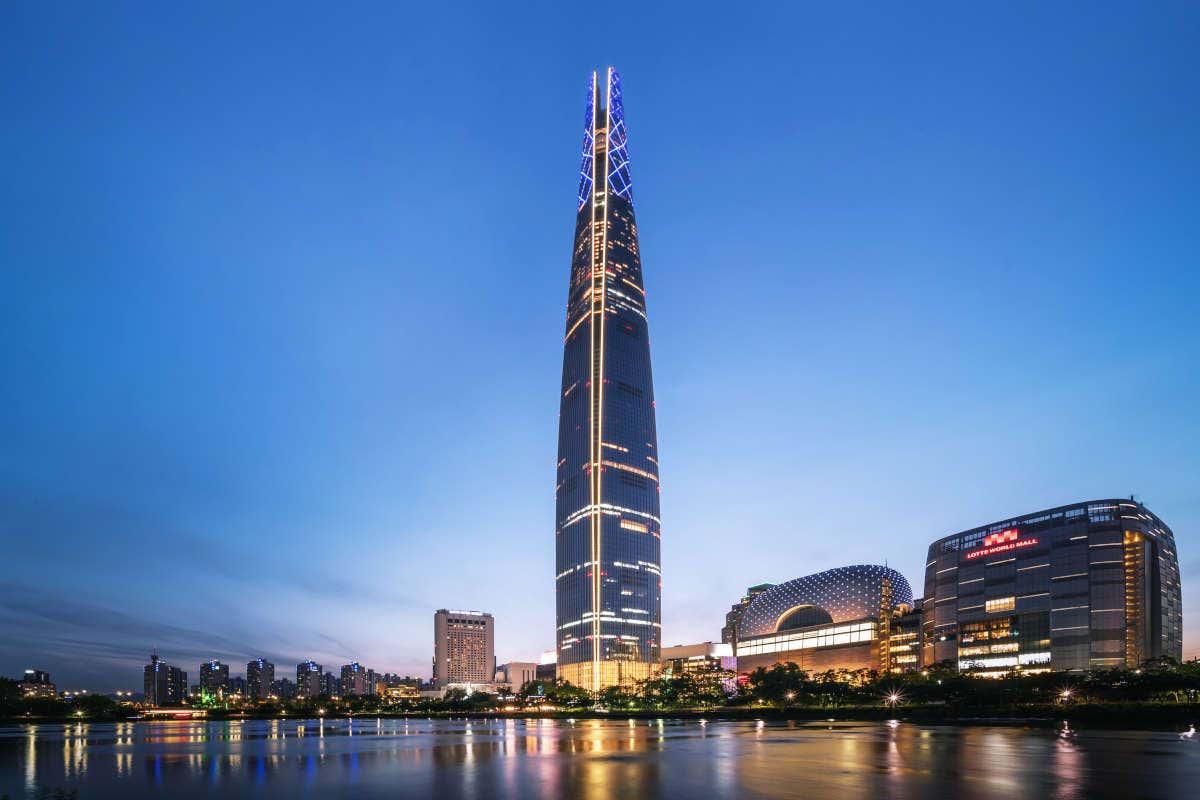 Panorámica de Lotte World Tower al anochecer