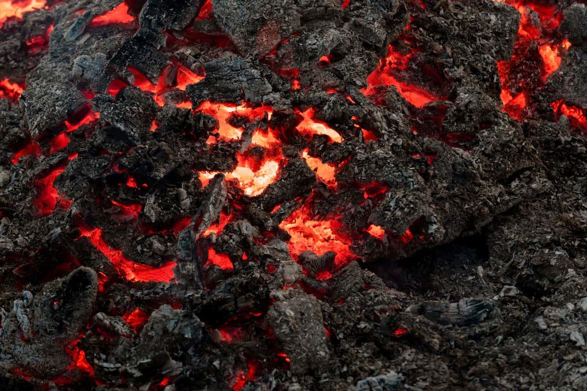 Vista detalle del magma volcánico de color negro y rojo.