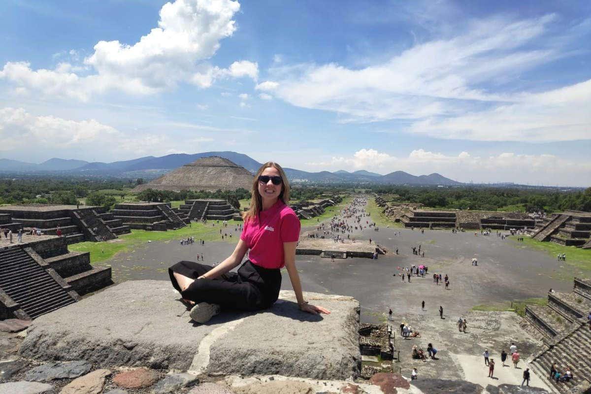 María Agra posando en lo alto de una pirámide de Teotihuacán, México