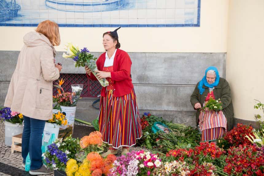 Vendedoras com o traje tradicional da Madeira no Mercado dos Lavradores
