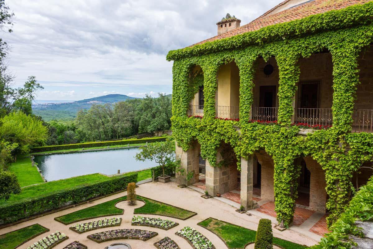 Patio y jardín del Monasterio de Yuste, el lugar donde finaliza la ruta de Carlos V por España.