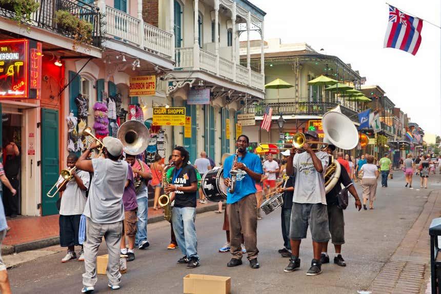 Músicos tocando em uma rua de New Orleans