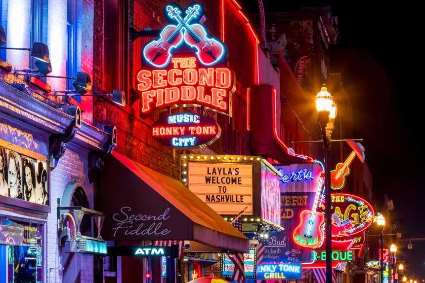 Rua iluminada com placas de neón en Nashville