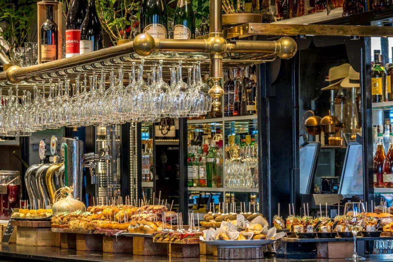 Barra de un bar llena de pinchos típicos vascos en Bilbao