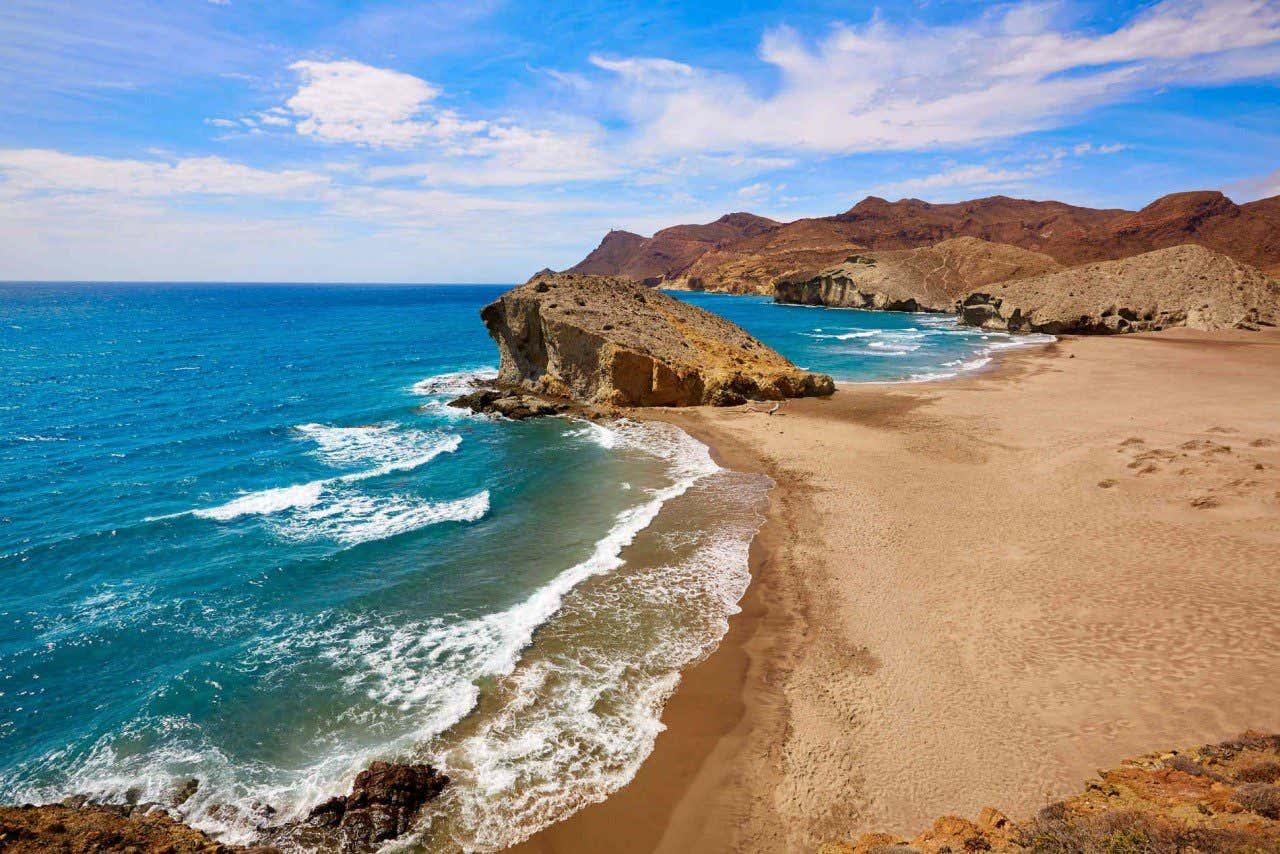 Vista panorámica de la playa de Mónsul en Almería
