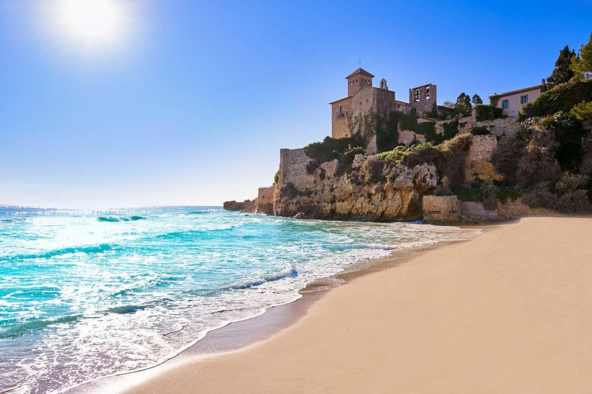 Castillo de Tamarit bañado por el Mediterráneo.