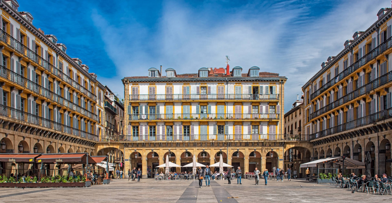 Plaza Nueva en Bilbao, con los típicos soportales bajo los edificios