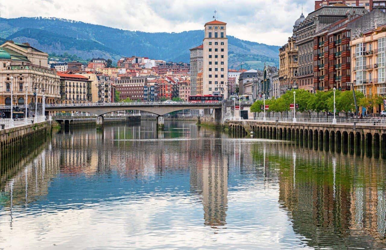 Vista de la Ría de Bilbao con las típicas casas de colores a lo largo de la orilla