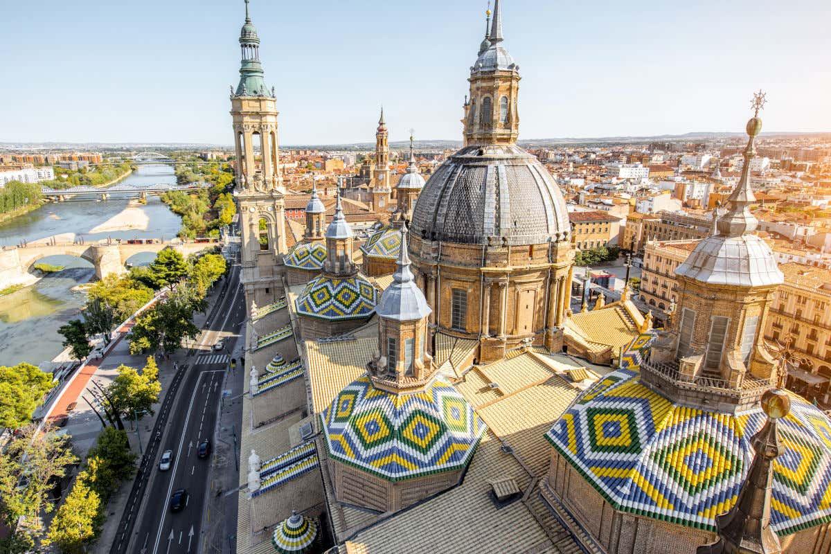 Vista aérea de la basílica del Pilar junto al puente de Piedra del río Ebro a un lado, y el centro histórico de Zaragoza al otro lado.