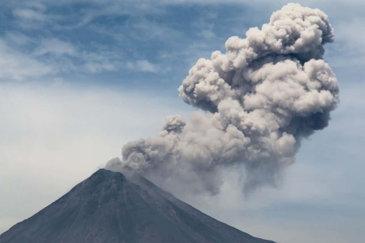 Vista del pico del Volcán Colima emitiendo nubes de gases en México.