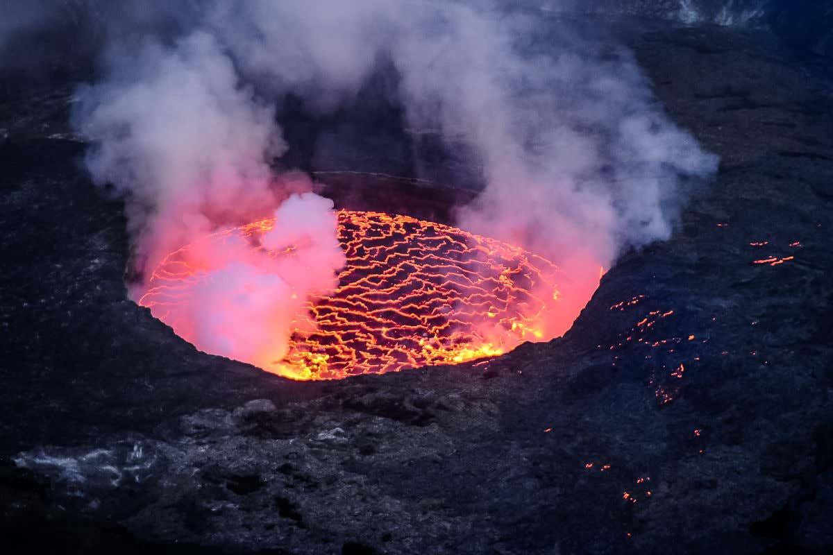 Volcán Nyiragongo, observándose cómo la lava se encuentra encerrada en el cráter formando una especie de laguna magmática.