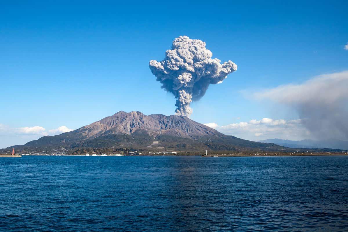 Nubes de gases expulsados por el volcán Sakurajima en Japón visto desde el mar.