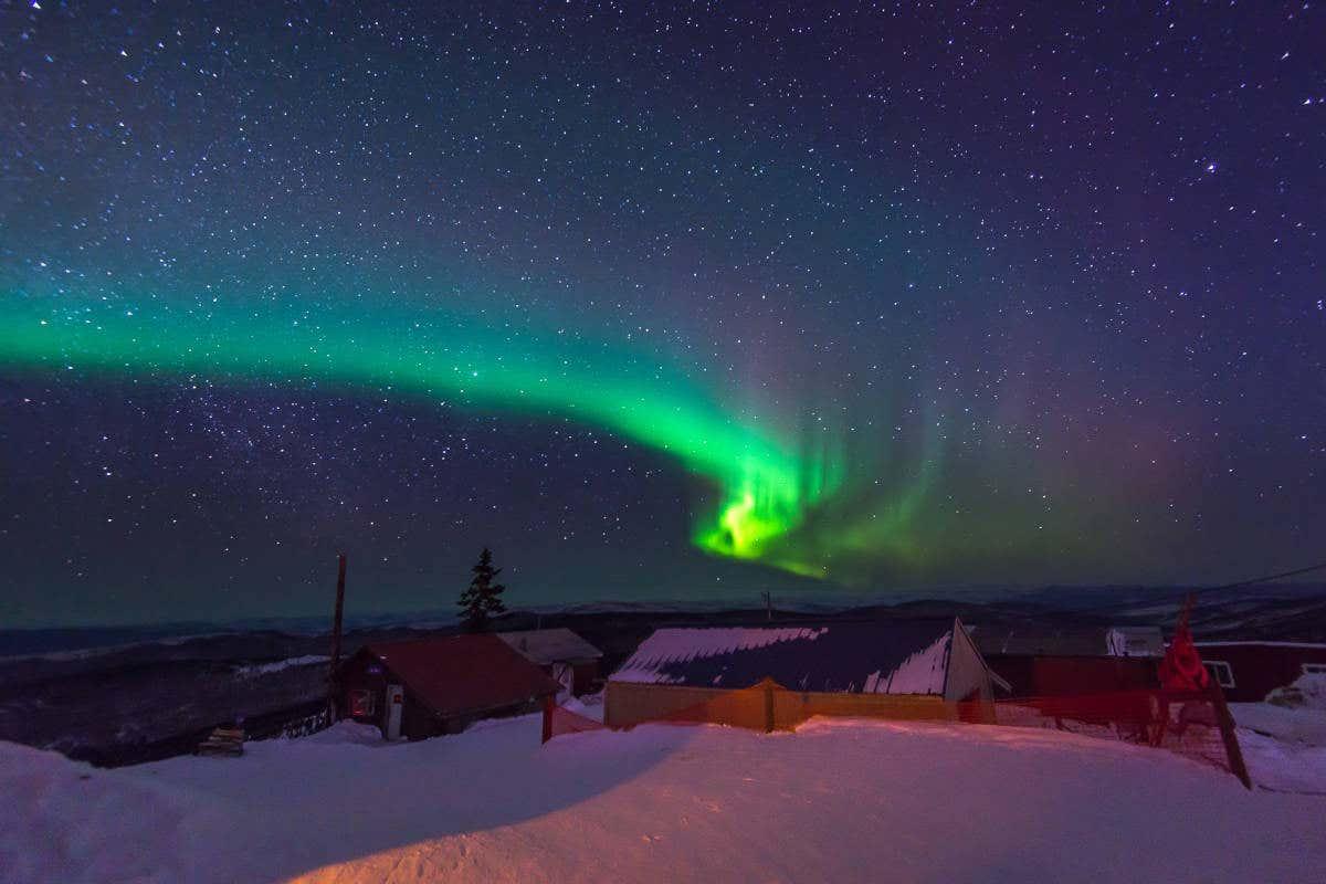 La aurora boreal en el paisaje nevado de Alaska
