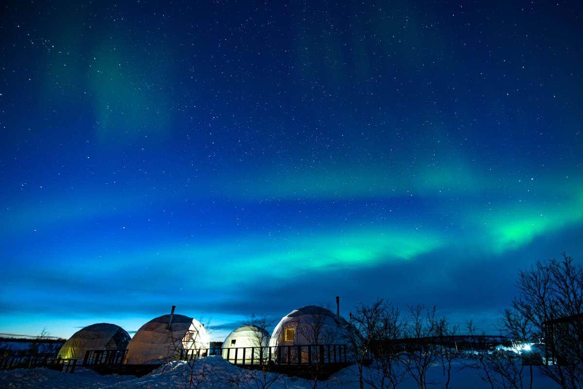 Iglús bajo la aurora boreal de Múrmansk