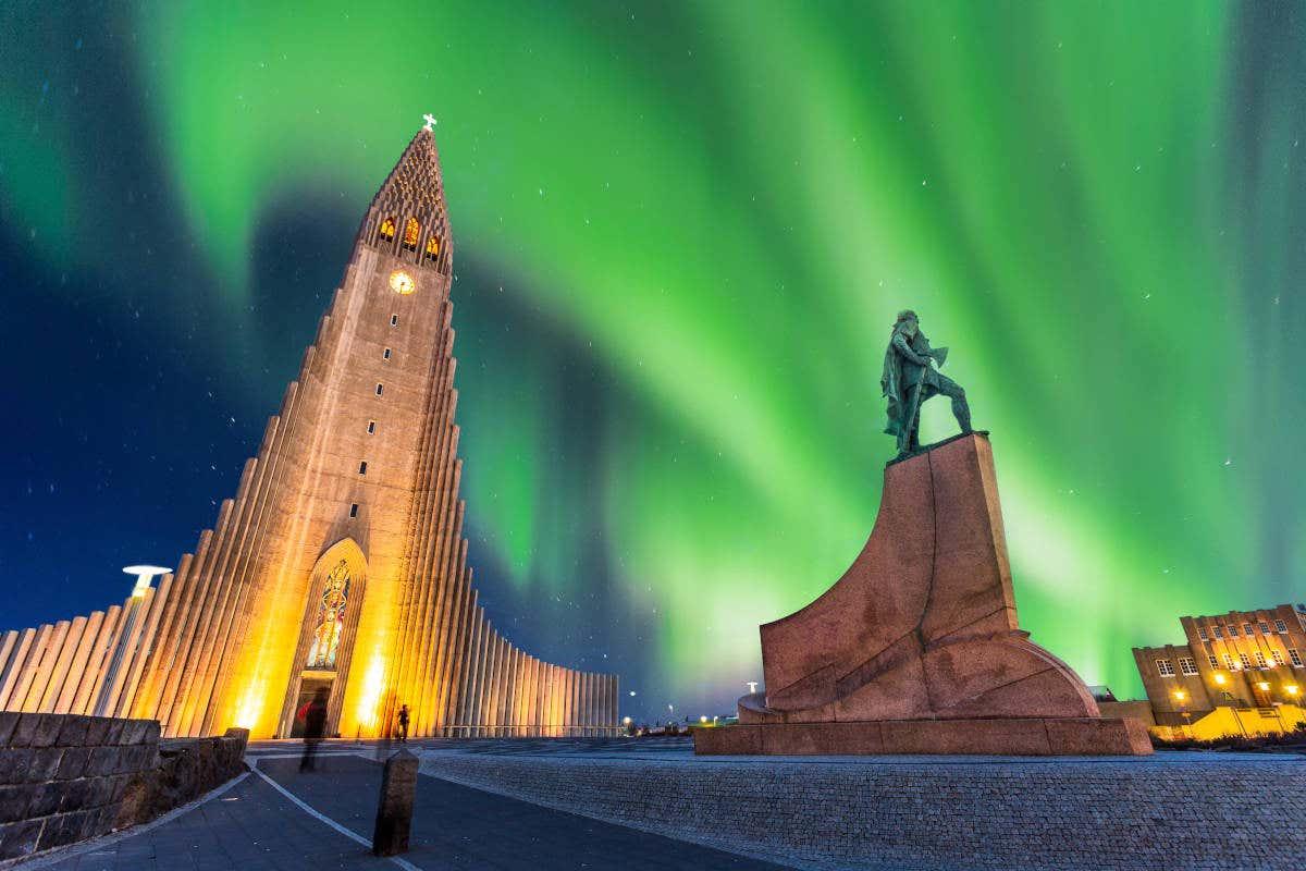 Plaza de la catedral de Reikiavik bajo la aurora boreal