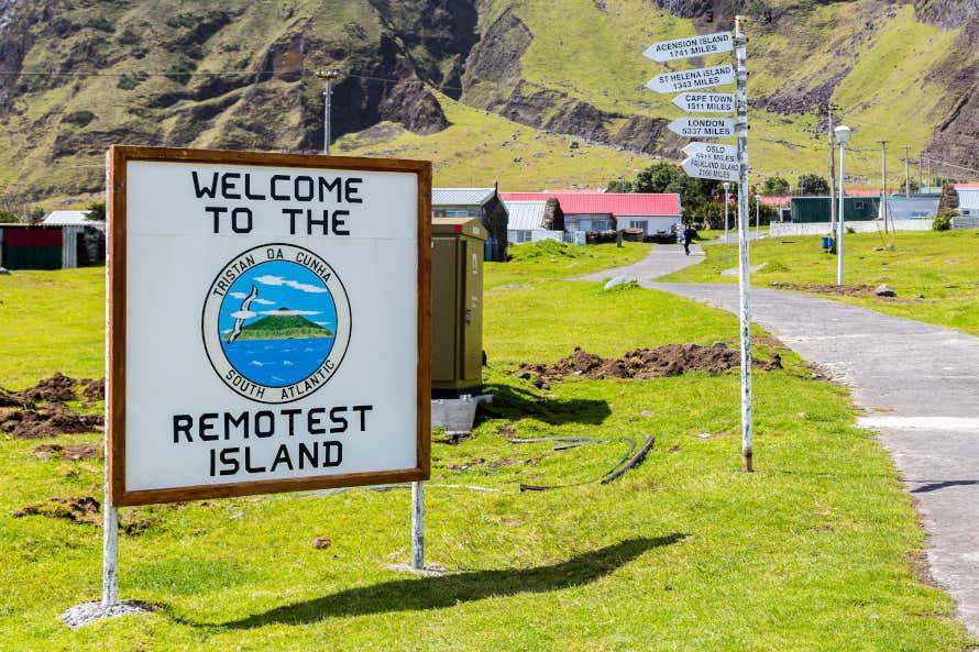Letrero de bienvenida a la isla de Tristán de Acuña
